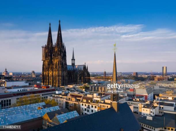 cologne cathedral at sunset - nationaal monument beroemde plaats stockfoto's en -beelden