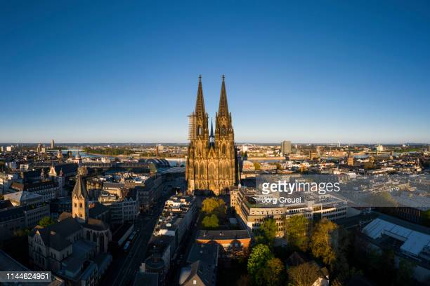 cologne cathedral at sunset - torenspits stockfoto's en -beelden