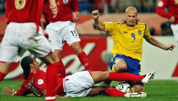 Swedish midfielder Freddie Ljungberg (R)