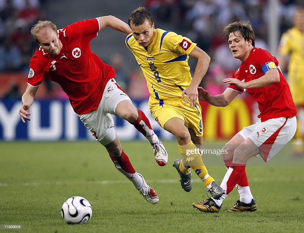 Ukrainian midfielder Oleg Gusev (C) runs : News Photo