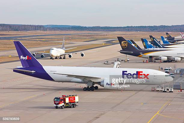 cologne/bonn airport - federal express stock pictures, royalty-free photos & images