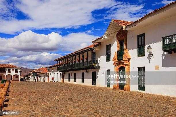 colombia: 16 th century ciudad de villa de leyva; plaza principal. - villa de leyva fotografías e imágenes de stock