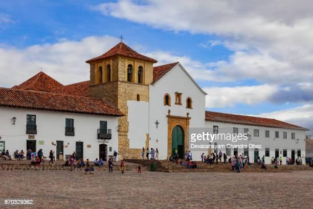 colombia, américa del sur - en la principal plaza de la iglesia del siglo xvi ciudad de villa de leyva - villa de leyva fotografías e imágenes de stock
