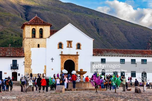 colombia, américa del sur - iglesia en la plaza mayor de la histórica ciudad del siglo xvi de villa de leyva, en el departamento de boyacá - villa de leyva fotografías e imágenes de stock