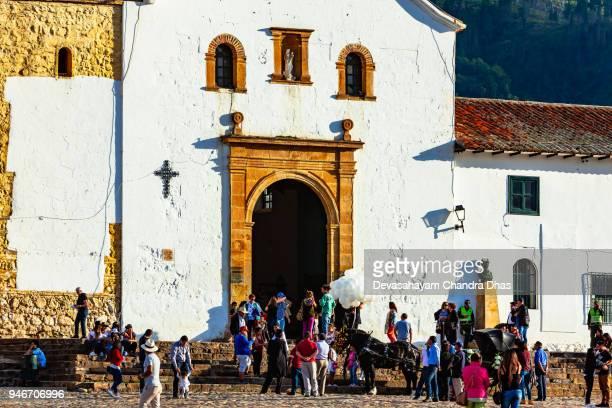 colombia, américa del sur - entrada a iglesia en la plaza mayor de la histórica ciudad del siglo xvi de villa de leyva, en el departamento de boyacá - villa de leyva fotografías e imágenes de stock