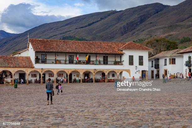 colombia, south america - looking at one corner of the main square in 16th century town of villa de leyva, in the department of boyacá. mayor's office. - cafe de colombia stock pictures, royalty-free photos & images
