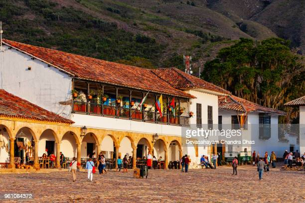 colombia, south america - looking to the eastern corner of the cobblestoned plaza mayor of the historic 16th century town of villa de leyva, in the boyacá department - cafe de colombia stock pictures, royalty-free photos & images