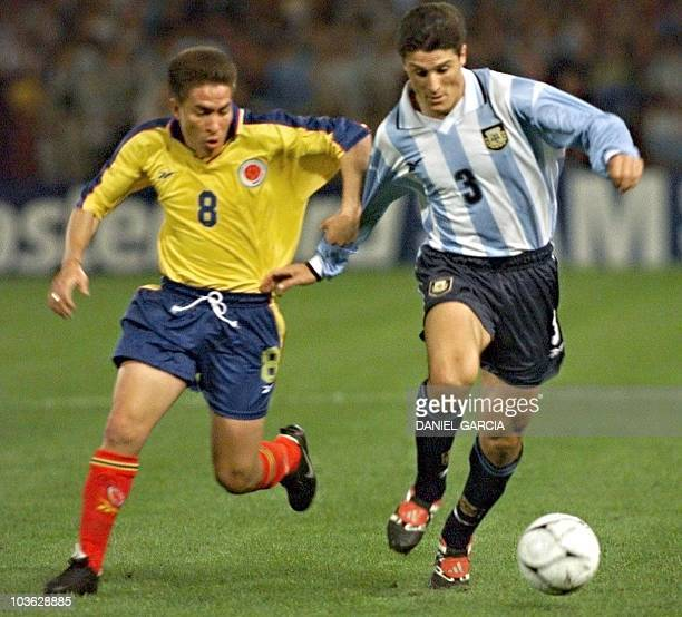 Colombian Arley Betancourt competes for the ball against Argentina's Javier Zanetti 13 October 1999 in Cordoba El colombiano Arley Betancourt trata...