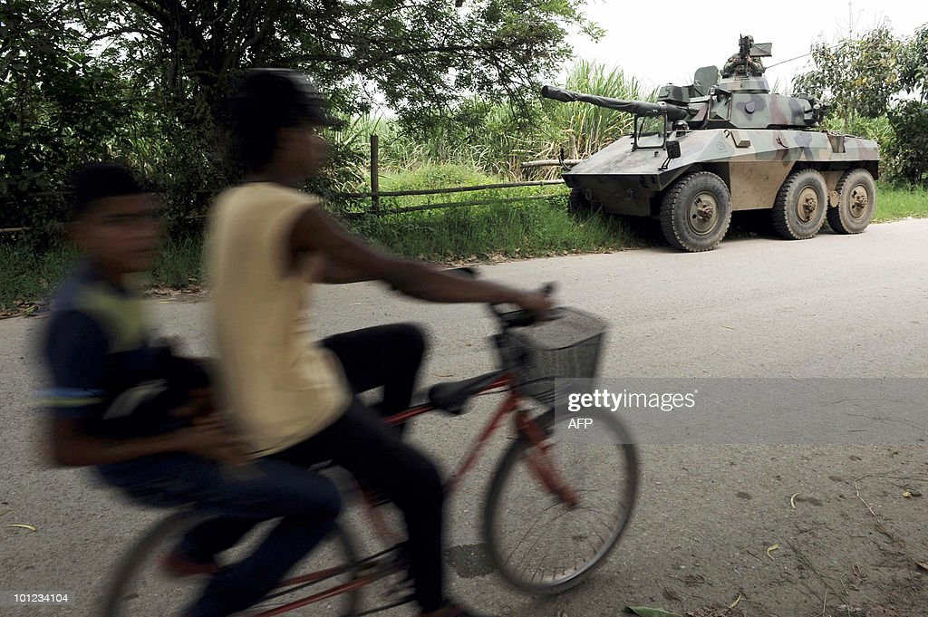 A Colombian army EE-9 Cascavel armored car stays in position along a road in Corinto, departament of Cauca, Colombia, on May 28, 2010. Colombia will hold the presidential elections next May 30. AFP PHOTO/Luis ROBAYO