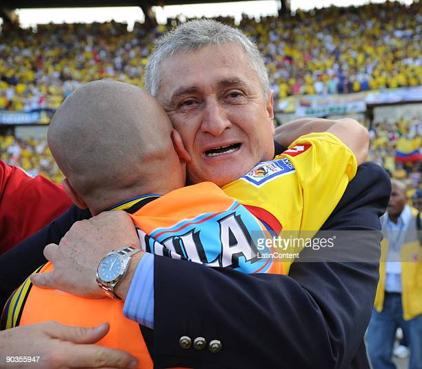 Colombian coach Eduardo Lara celebrates after winning the match against Ecuador during their FIFA World Cup South Africa2010 South American qualifier...