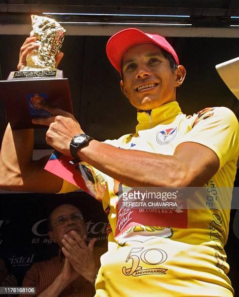 Colombian cyclist Gregorio Ladino raises his trophy in victory 29 December 2001 El colombiano Gregorio Ladino levanta el trofeo el 29 de diciembre de...