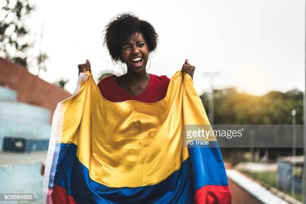 fan colombiano viendo un partido de fútbol - bandera colombiana fotografías e imágenes de stock