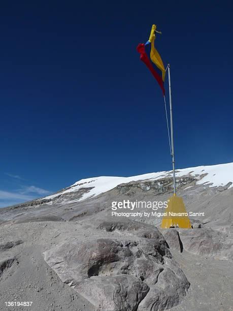 colombian flag at the nevado del ruiz - nevado del ruiz fotografías e imágenes de stock