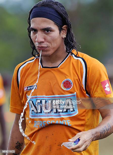 Colombian footballer Dairo Moreno refreshes after a training session on September 3 2008 in Rionegro Antioquia department Colombia Colombia will face...