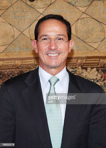 Colombian Foreign minister Fernando Araujo Perdomo poses as he arrives for a meeting with his French counterpart Bernard Kouchner, 04 September 2007...