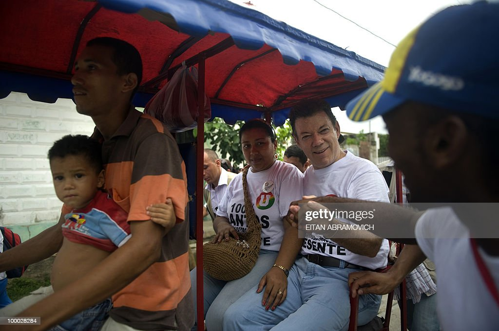 Colombian former Defense Minister and presidential candidate for the ruling National Unity party Juan Manuel Santos (R) is greeted by a supporter during a rally in Aracataca, department of Magdalena, Colombia's Caribbean Region on May 20, 2010. Colombia will hold the presidential elections next May 30, and according to polls, a run-off election between Colombian presidential candidate for the Green Party, Antanas Mockus and Santos will take place on June 20. AFP PHOTO/Eitan Abramovich