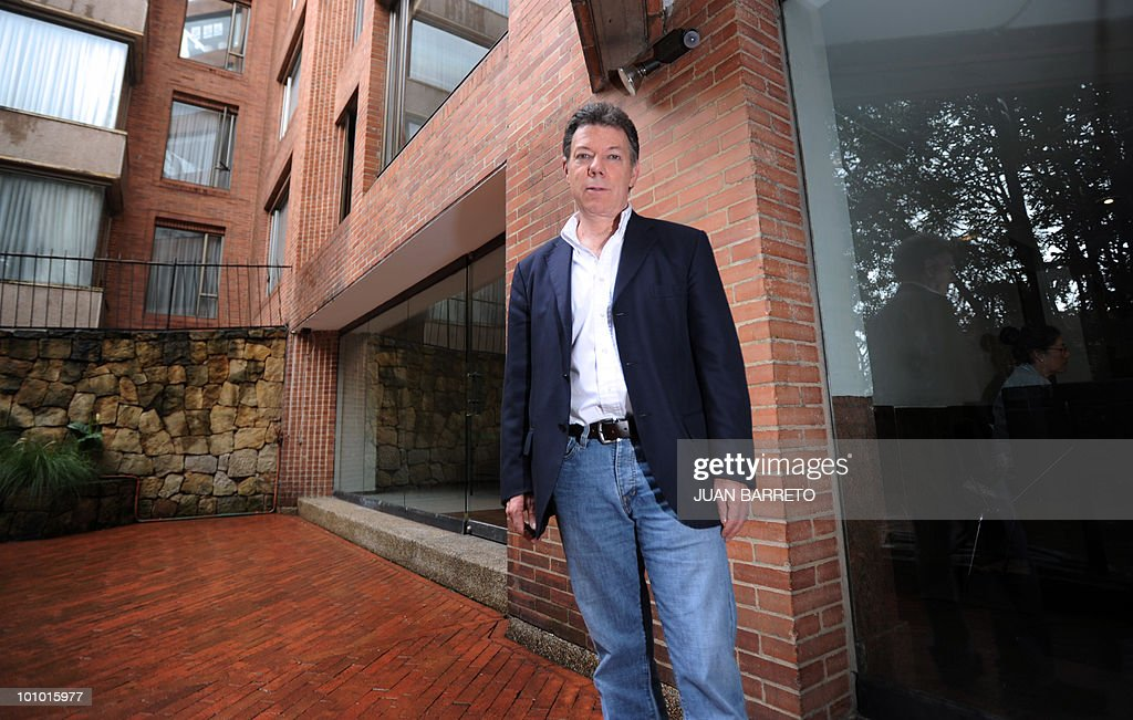 Colombian former Defense Minister and presidential candidate for the ruling National Unity party, Juan Manuel Santos poses in front of his house in Bogota on May 27, 2010. Colombia will hold presidential elections next May 30, and according to polls, a run-off election between Colombian presidential candidate for the Green Party, Antanas Mockus and Santos will take place on June 20. AFP PHOTO/Juan BARRETO