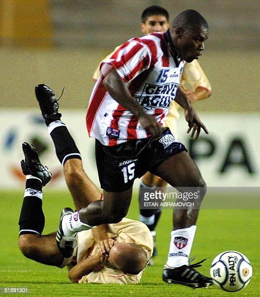 Colombian Junior soccer player Eulalio Arriaga runs past Gustavo Grondona of Peru University 15 March 2001 in Lima El jugador Eulalio Arriaga del...