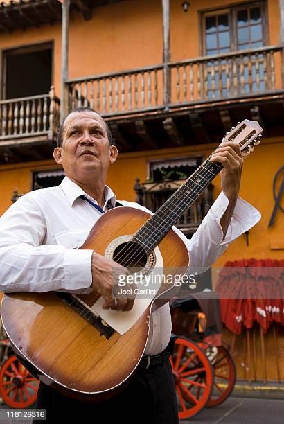 Calle Músico tocando la guitarra en Cartagena, Colombia