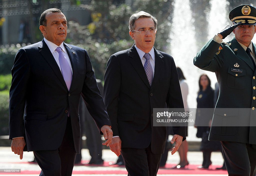 Colombian President Alvaro Uribe (C) and his Hondurian counterpart Porfirio Lobo (L) review the honor guard next to the commander of the Colombian Armed Forces, General Freddy Padilla (R), at Narino Palace in Bogota on May 24, 2010. Lobo is on a two-day official visit. AFP PHOTO/Guillermo Legaria