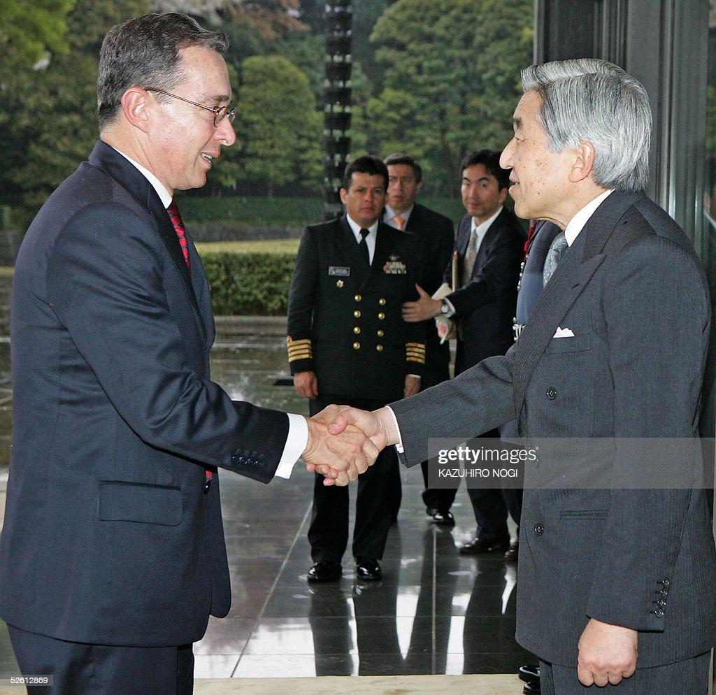 Colombian President Alvaro Uribe (L) is : News Photo