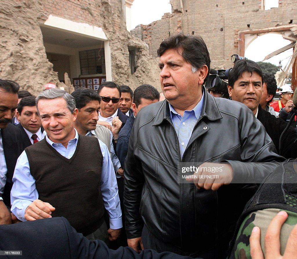 Colombian president Alvaro Uribe (L) vis : News Photo