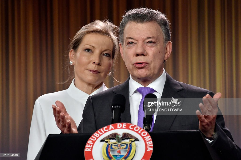 TOPSHOT - Colombian president Juan Manuel Santos delivers a speech next to his wife Maria Clemencia Rodriguez after winning the Nobel Peace Prize 2016 on October 7, 2016, at Casa de Narino presidential palace in Bogota. Colombia's President Juan Manuel Santos dedicated his Nobel Peace Prize Friday to the victims of his country's civil war, which he has worked to end through a contested peace accord with communist rebels / AFP / GUILLERMO