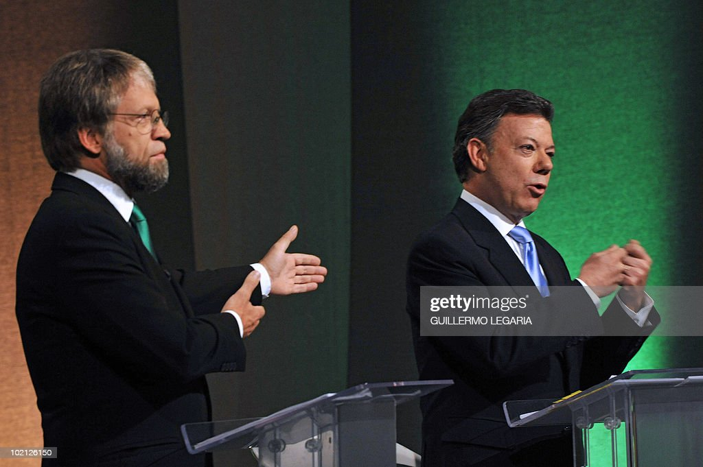 Colombian presidential candidate for the Green Party, Antanas Mockus (L), gestures while the presidential candidate for the ruling National Unity party, Juan Manuel Santos, speaks during a debate in Bogota on June 15, 2010. According to surveys, Santos is expected to win the run-off election next June 20 with 65,1% of the votes, against Mockus who is expected to get a 28%. AFP PHOTO/Guillermo Legaria