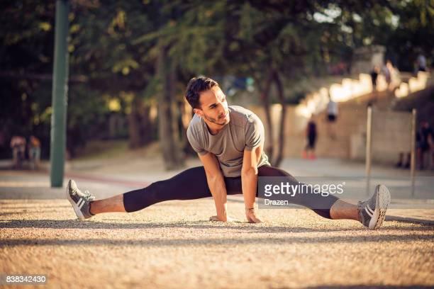 colombiaanse recreatieve sporter doen de splitsingen - split acrobatiek stockfoto's en -beelden