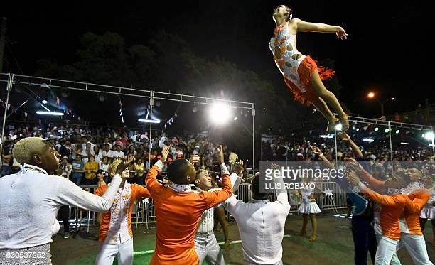 Colombian salsa dancers perform during the 'Salsodromo' 2016 parade in Cali Colombia on December 25 2016 Some 1000 dancers from different salsa...