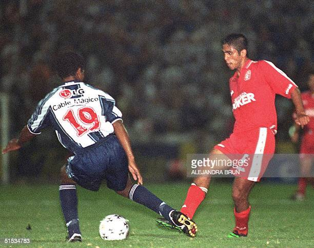 Colombian soccer player for America de Cali Fabian Vargas fights for the ball with the Alianza player 08 December 1999 El atacante del equipo...