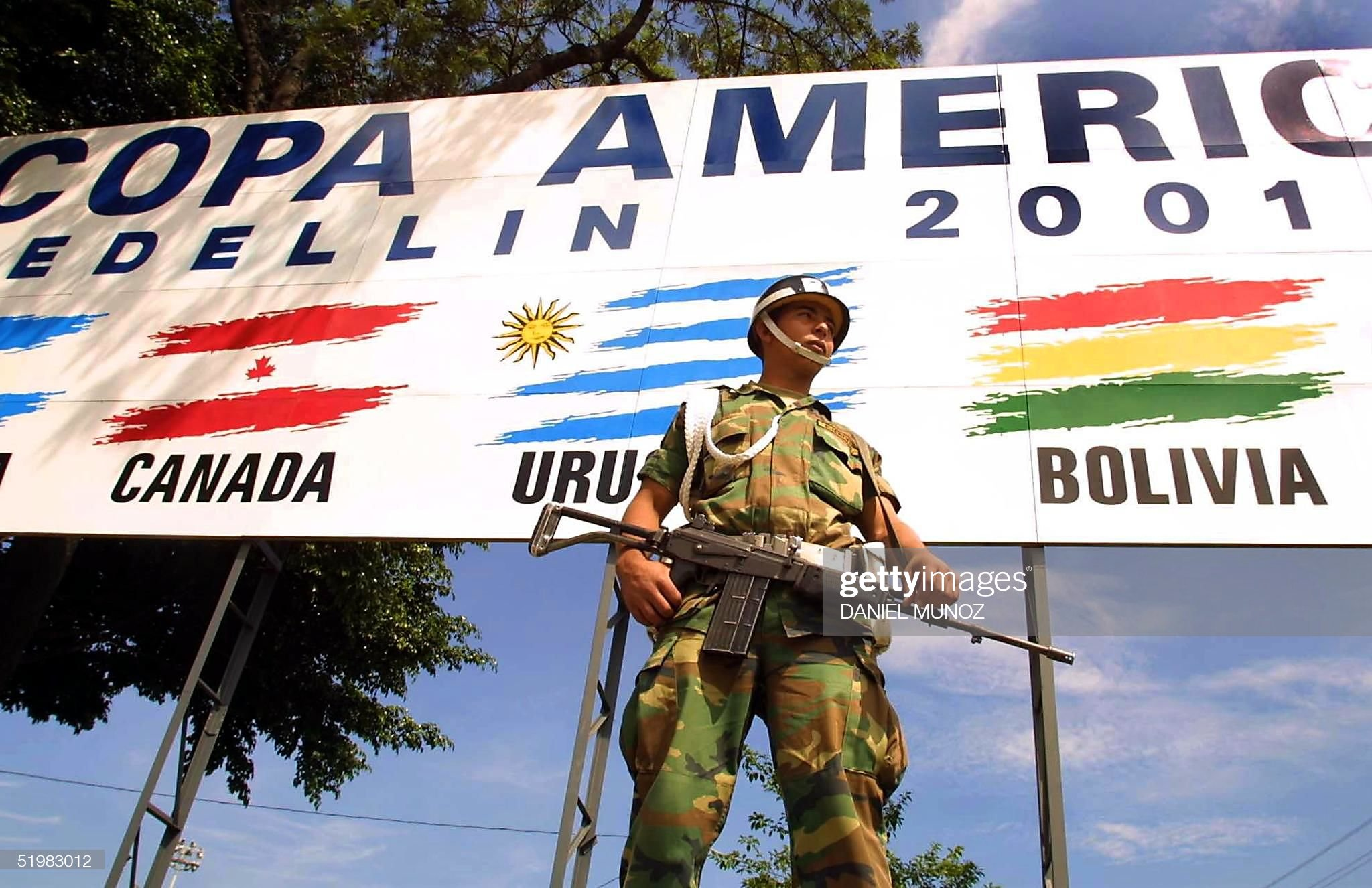 A Colombian soldier stands guard in front of a sig : News Photo
