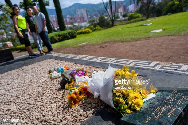 Colombian visitors gather around the tomb of the drug lord Pablo Escobar at the cemetery of Montesacro in Itagüí Colombia on December 02 2017 Twenty...