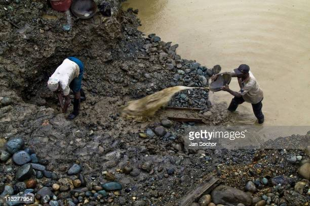 Colombian woman miner and her husband work together in the mud looking for gold in the mine near Tadó on May 26 2004 in Chocó This place where many...