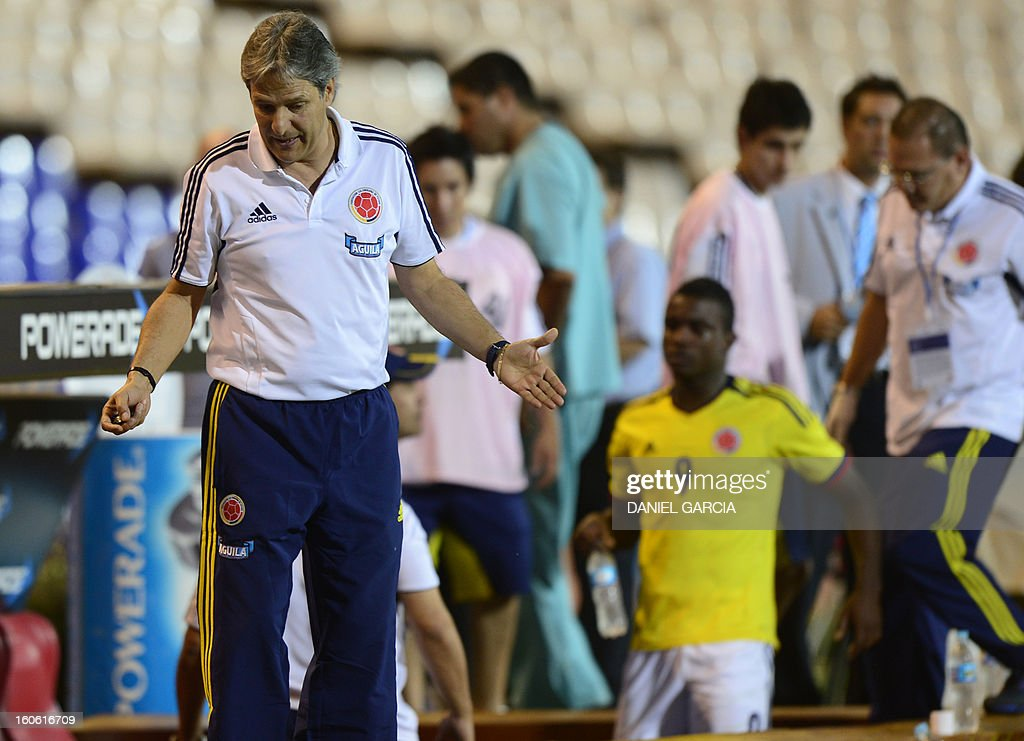 Colombia's coach Carlos Restrepo gestures while injured forward Jhon Cordoba leaves the pitch during their South American U-20 final round football match against Paraguay at Malvinas Argentinas stadium in Mendoza, Argentina, on February 3, 2013.. Paraguay, Colombia, Uruguay and Chile qualified for the FIFA U-20 World Cup Turkey 2013.