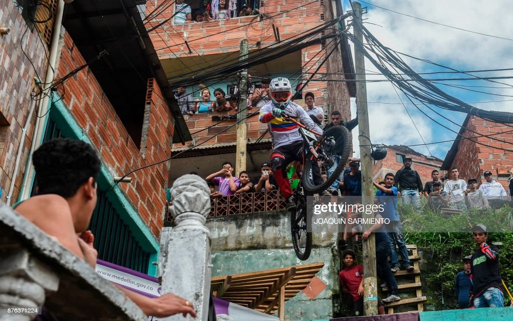 Colombia's downhill rider David Gomez competes during the Urban Bike Inder Medellin race final at the Comuna 1 shantytown in Medellin, Antioquia department, Colombia on November 19, 2017. /