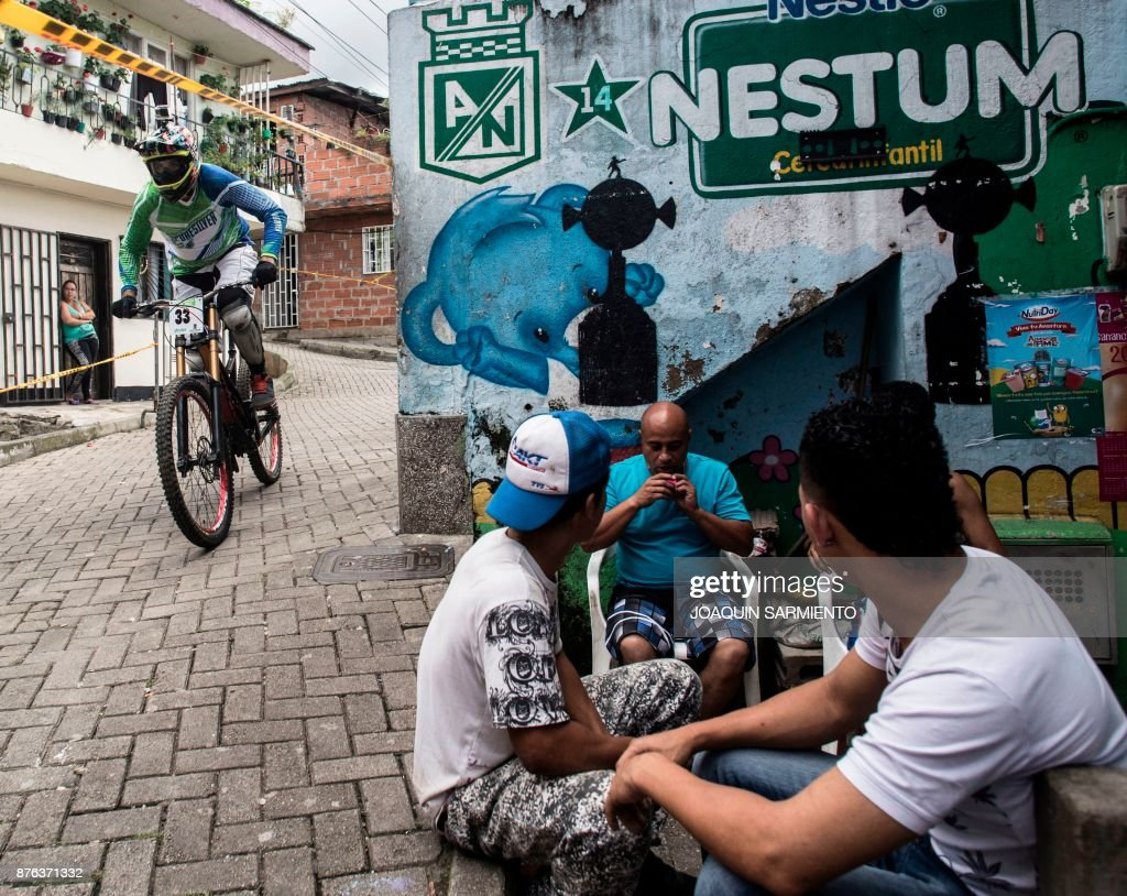 Colombia's downhill rider Kevin Zapata competes during the Urban Bike Inder Medellin race final at the Comuna 1 shantytown in Medellin, Antioquia department, Colombia on November 19, 2017. /