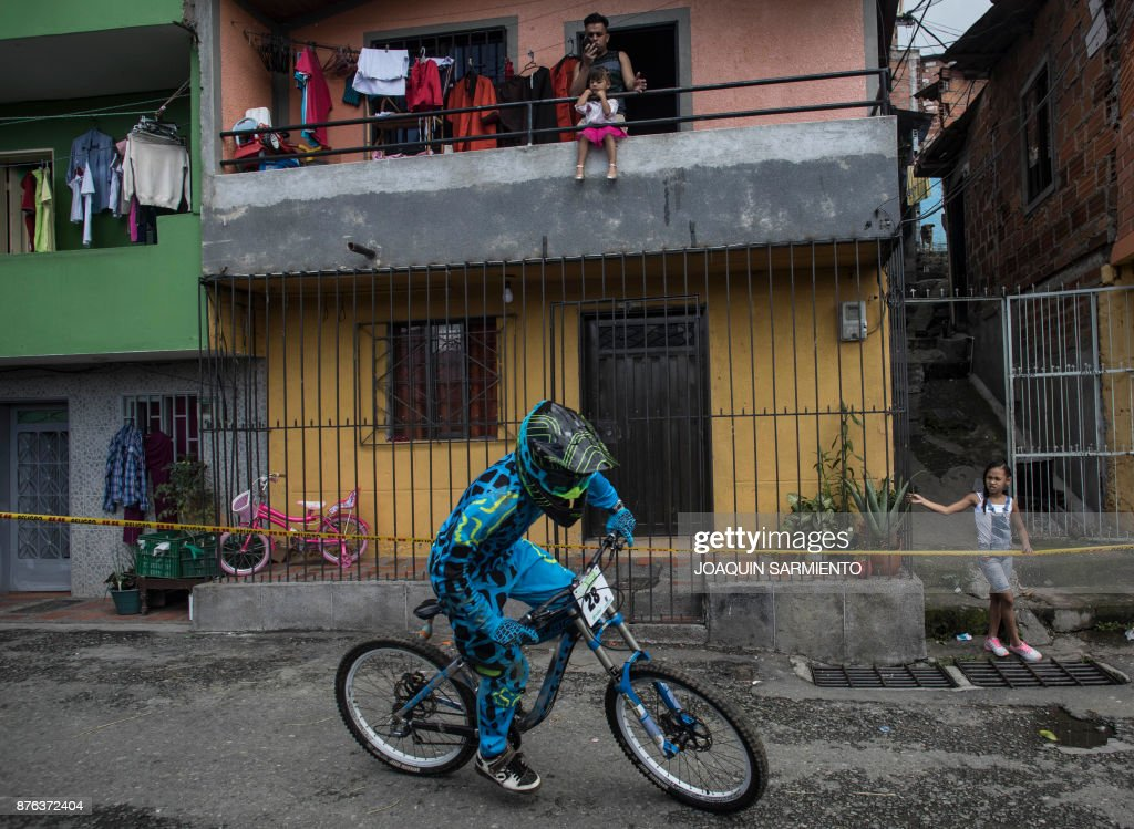 Colombia's downhill rider Sebas Uribe competes during the Urban Bike Inder Medellin race final at the Comuna 1 shantytown in Medellin, Antioquia department, Colombia on November 19, 2017. /