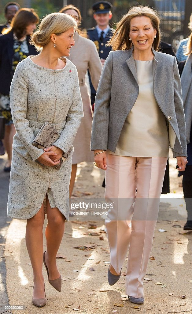 Colombia's First Lady Maria Clemencia Rodriguez (R) walks with Britain's Sophie, Countess of Wessex, as they arrive for a visit to the Vanessa Nursery School and Cathnor Park Children's Centre, founded by British actress Vansessa Redgrave, in London on November 2, 2016, on the second day of the President and the First Lady's State Visit. Colombia's President Juan Manuel Santos will hold talks with Prime Minister Theresa May at Downing Street on Wednesday, before heading to Belfast on Thursday to meet key figures from the Northern Ireland peace process. / AFP / POOL / Dominic Lipinski