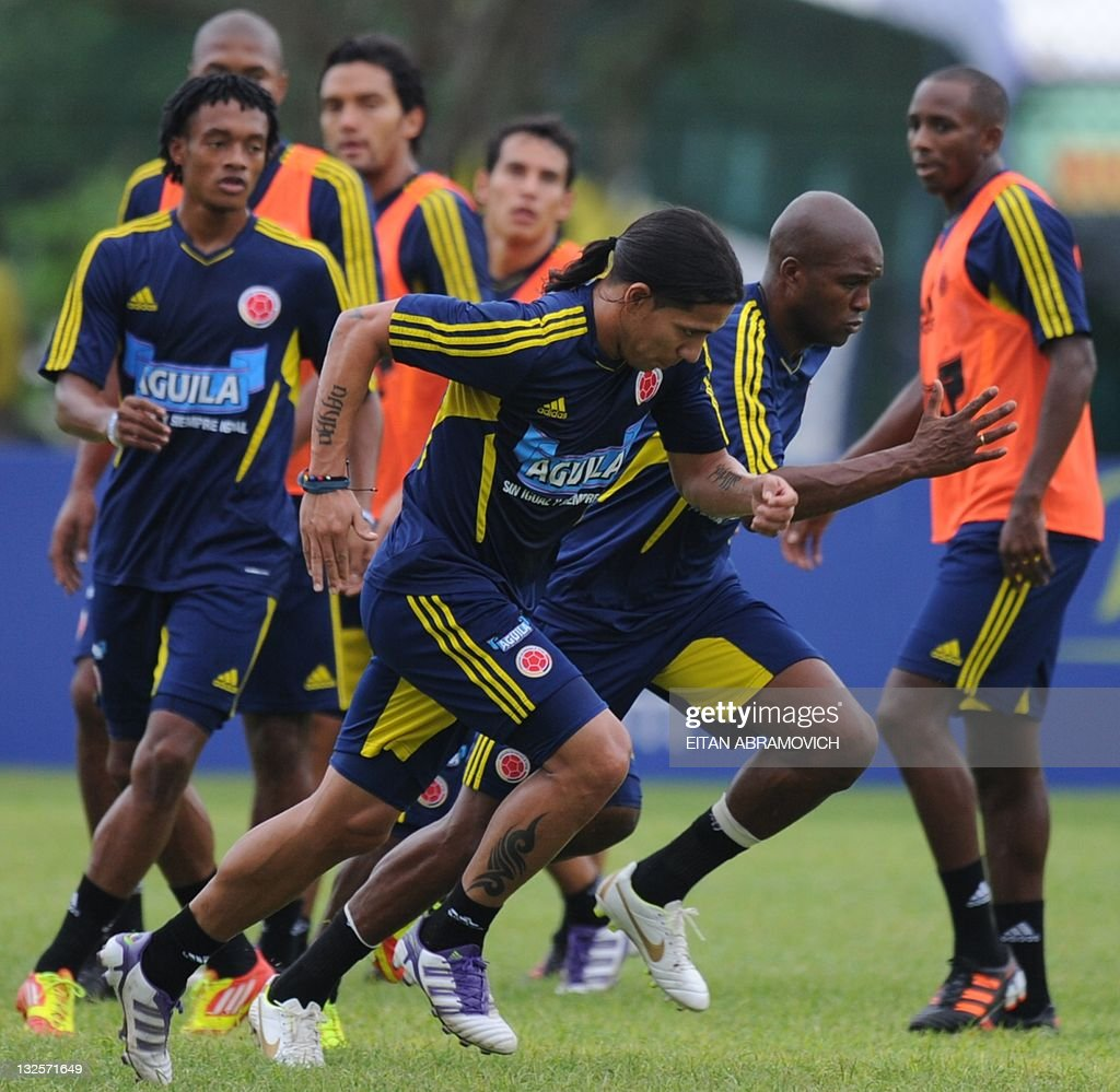 Colombia's footballers run during a trai : News Photo
