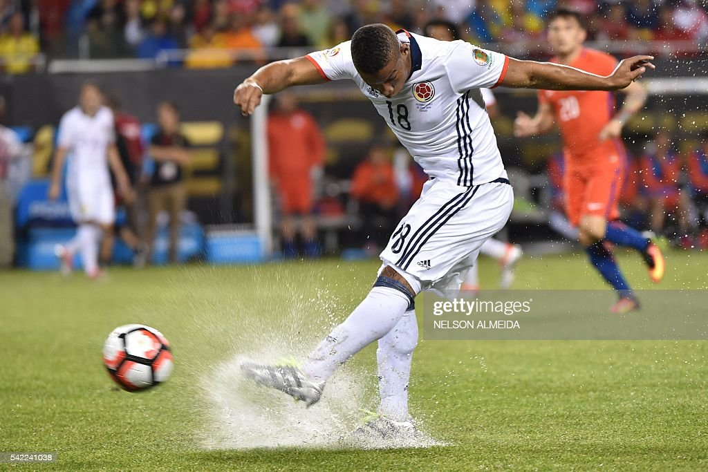 TOPSHOT - Colombia's Frank Fabra shoots during a Copa America Centenario semifinal football match against Chile in Chicago, Illinois, United States, on June 22, 2016. / AFP / Nelson ALMEIDA