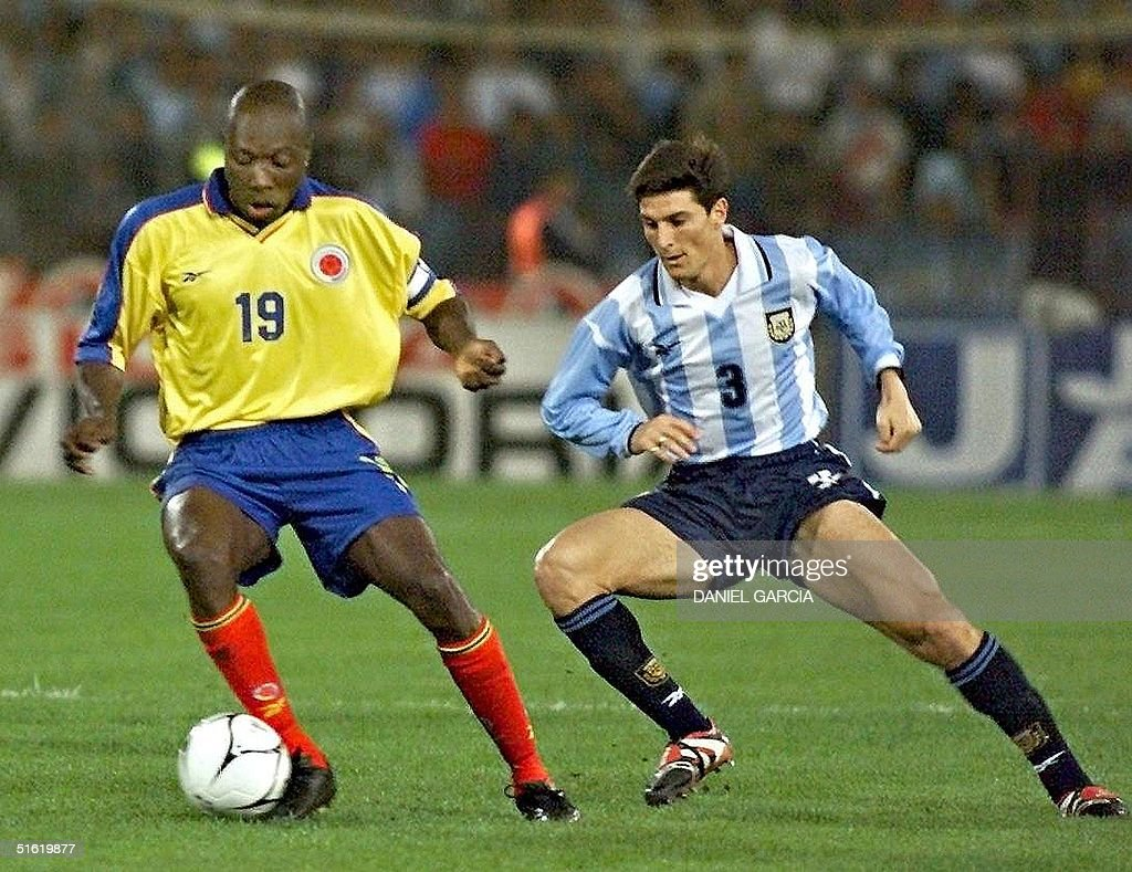 Colombia's Freddy Rincon (19) takes the ball from : ニュース写真