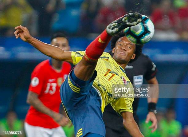 TOPSHOT Colombia's Juan Guillermo Cuadrado stretches for the ball during the Copa America football tournament quarterfinal match against Chile at the...
