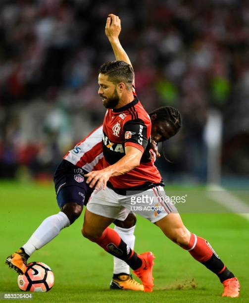 Colombia's Junior forward Yimmi Chara and Brazil's Flamengo midfielder Diego vie for the ball during the Copa Sudamericana semifinal second leg...