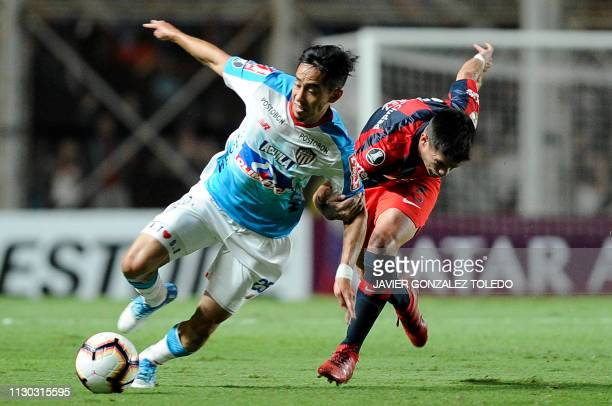 Colombia's Junior midfielder Fabian Sambueza vies for the ball with Argentina's San Lorenzo defender Damian Perez during a Copa Libertadores Group F...