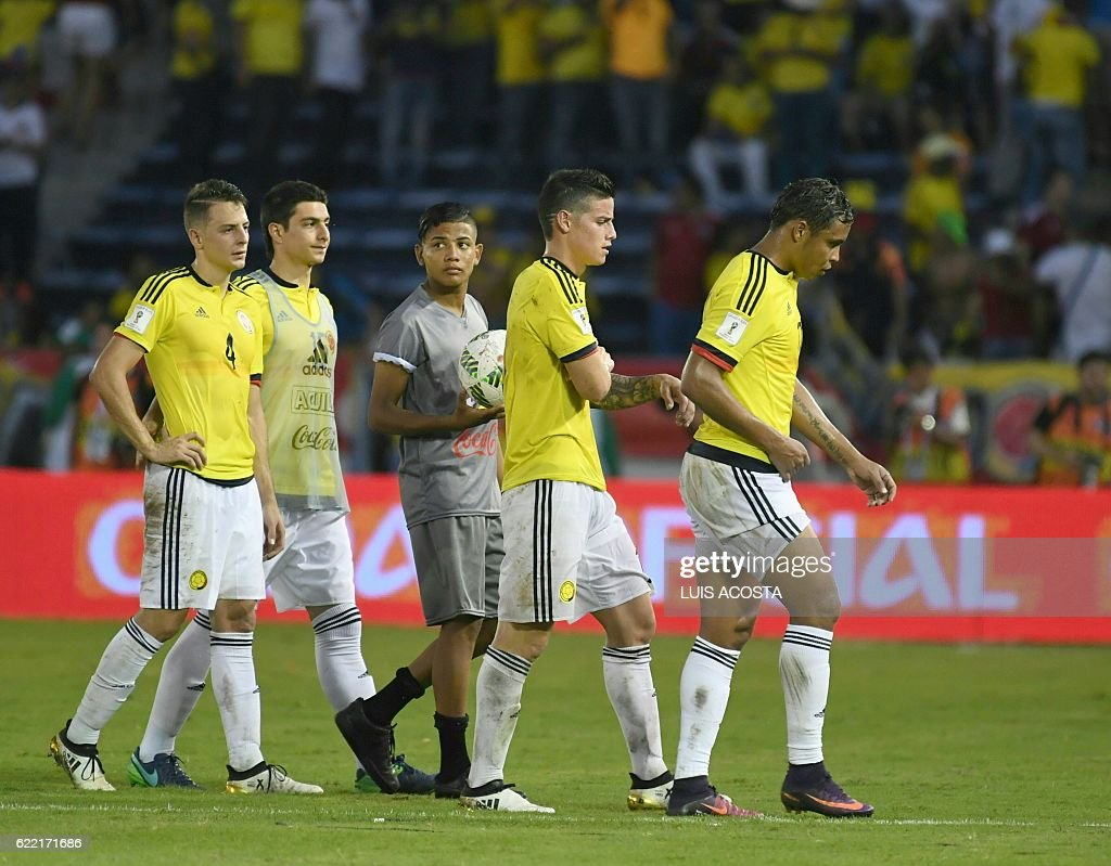 Colombia's midfielder James Rodriguez (C) and teammates leave the field at the end of their 2018 FIFA World Cup qualifiers football match against Chile in Barranquilla, Colombia, on November 10, 2016. / AFP / Luis Acosta