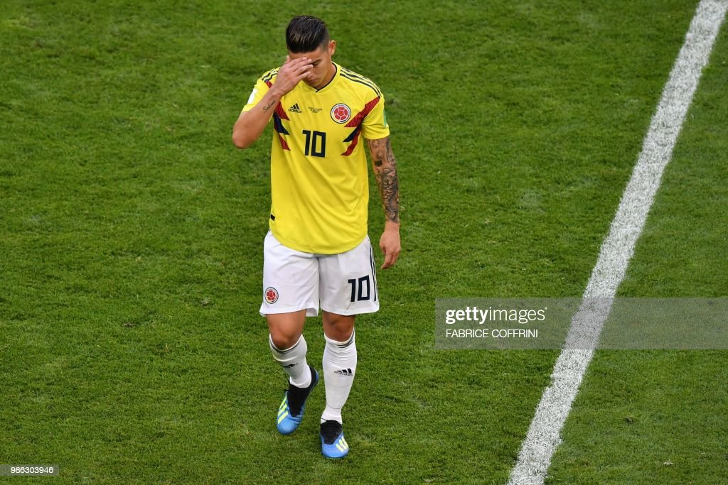 TOPSHOT - Colombia's midfielder James Rodriguez reacts as he leaves the football pitch due to an injury during the Russia 2018 World Cup Group H football match between Senegal and Colombia at the Samara Arena in Samara on June 28, 2018. (Photo by Fabrice COFFRINI / AFP) / RESTRICTED