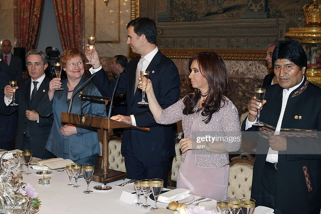 Colombia's Presidentde Alvaro Uribe, Finland's Prime Minister Tarja Halonen, Spain's Prince Felipe, Argentina's President Cristina Fernandez de Kirchner and Bolivia's President Evo Morales shares a toast during a gala dinner at The Royal Palace in Madrid on May 17, 2010. European and Latin America heads of states meet in Madrid from 17 to 19 May, 2010 during an European Union-Latin America and Caribean countries summit organized by the Spanish rotating presidency of the EU.