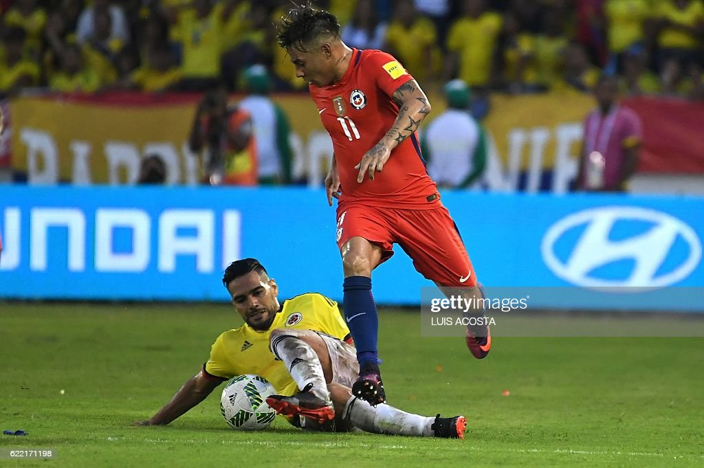 Colombia's Radamel Falcao (L) takes the ball from Chile's forward Eduardo Vargas during their 2018 FIFA World Cup qualifier football match in Barranquilla, Colombia, on November 10, 2016. / AFP / Luis Acosta