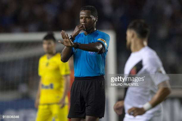 Colombia's referee Jose Argote gestures during the 2018 Libertadores Tournament football match between Brazil's Vasco da Gama and Chile's Universidad...